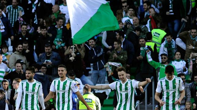 La grada del Benito Villamarín celebra el primer gol de Loren frente al Villarreal (Foto: AFP)