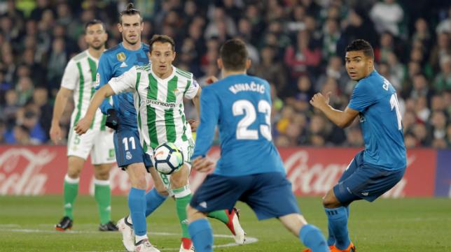 Guardado trata de llevarse el balón ante jugadores del Real Madrid