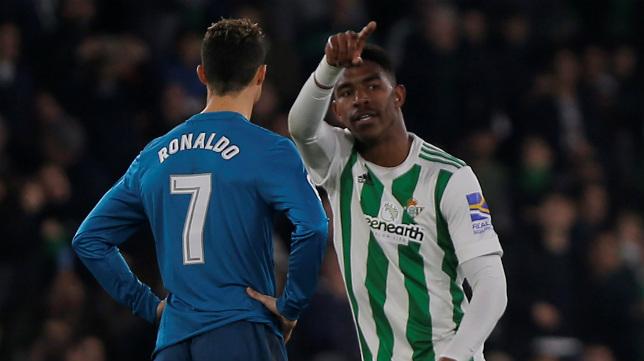 Junior celebra ante Cristiano el segundo gol de los verdiblancos durante el Betis-Real Madrid