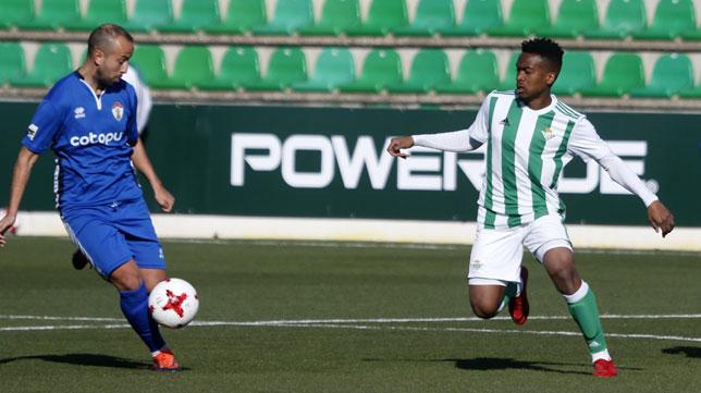 Kaptoum presiona a un rival (Foto: Real Betis).