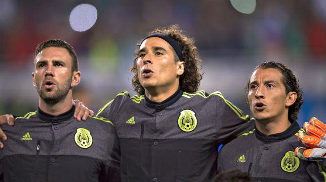 Layún y Guardado, entre ambos Ochoa, antes de un partido con México