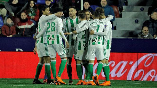 Los jugadores béticos celebran el primer gol ante el Levante (Foto: EFE).