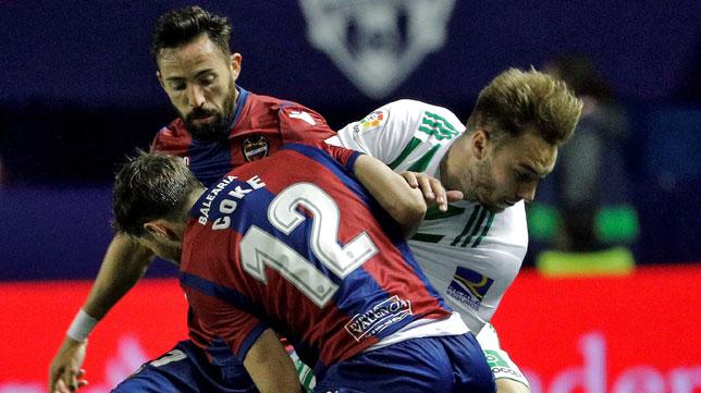 Loren pugna con Coke ante Morales en el Levante-Betis (Foto: EFE).
