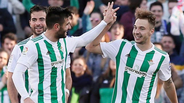Loren es felicitado tras marcar su primer gol al Villarreal (Foto: EFE)