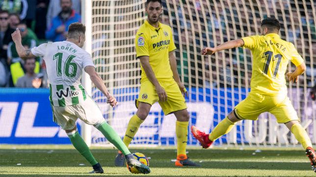 Loren remata a portería para marcar su primer gol al Villarreal (Foto: J. J. Úbeda)