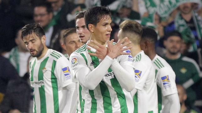 Mandi hace el gesto de las manos tras marcarle al Real Madrid (Foto: Raúl Doblado/ABC)