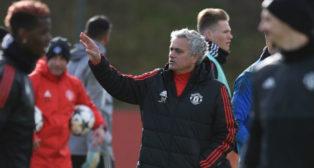 Mourinho da instrucciones a sus jugadores durante un entrenamiento (Foto: AFP)