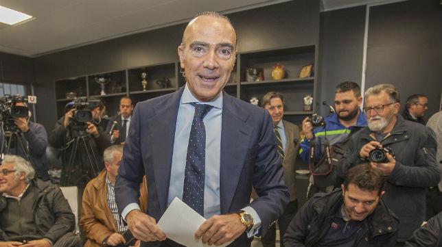 Luis Oliver, antes de ofrecer una rueda de prensa en el Nuevo Arcángel (Foto: Rafael Carmona)