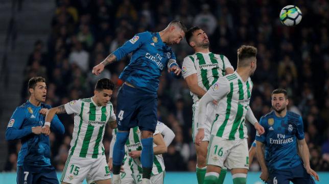 Sergio Ramos se eleva ante Amat para anotar el momentáneo 2-2 en el Betis-Real Madrid (Foto: Reuters)