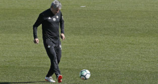 Setién golpea el balón durante un entrenamiento (Foto: EFE)