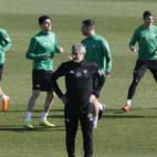 Quique Setién y un grupo de jugadores del Betis en un entrenamiento (Foto: J. J. Úbeda/ABC)