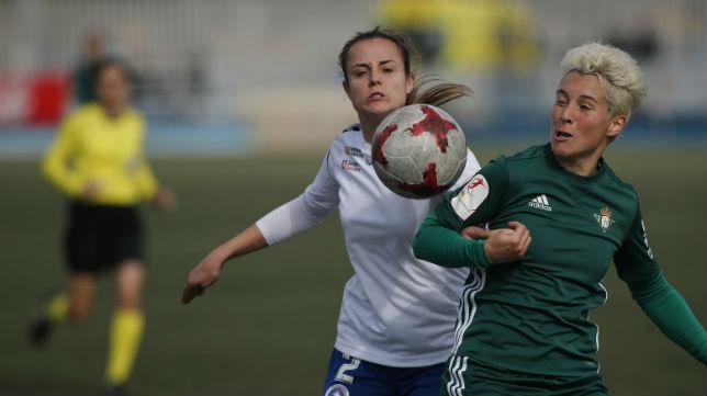 Priscila Borja pelea por el balón con una jugadora del Zaragoza CFF (Foto: LaLiga)