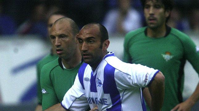 Abelardo y Filipescu, durante el Alavés-Betis de la temporada 2002-03 (Foto: Igor Aizpuru)