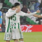 Adán, Bartra y Amat celebran la victoria del Betis ante el Espanyol