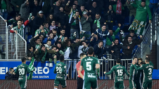 Los jugadores del Betis y la afición celebran el tercer gol bético en Mendizorroza (Foto: Juan Manuel Serrano Arce/ABC)