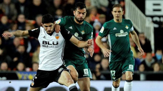 Amat disputa un balón con el jugador del Valencia Guedes (Foto: EFE)