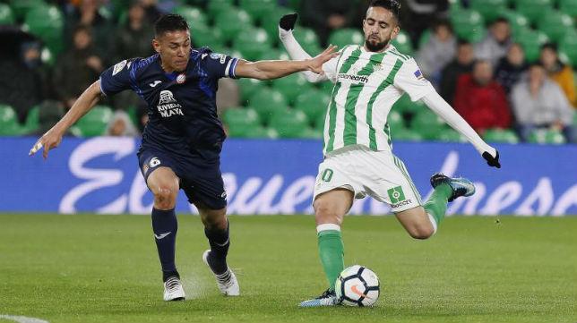 Boudebouz lucha por el balón con Óscar Duarte (EFE)