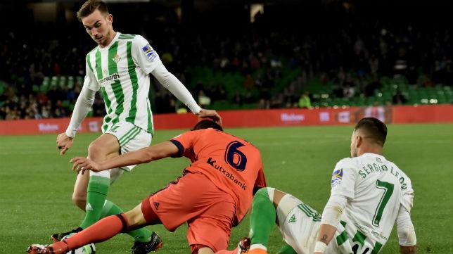 Sergio León y Fabián pelean un balón con el realista Héctor Moreno desde el suelo (Foto: EFE)