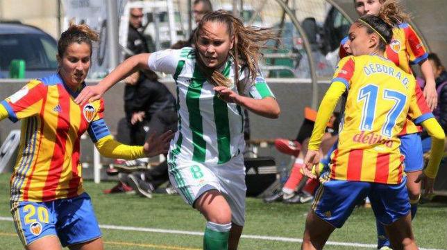 La jugadora del Real Betis Féminas Irene trata de avanzar en el encuentro ante el Valencia (Foto @RealBetisFem)