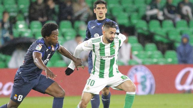Boudebouz trata de marcharse del jugador del Espanyol Carlos Sánchez (Foto: Raúl Doblado)