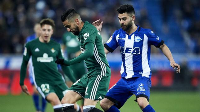Boudebouz controla el balón en el partido ante el Alavés (Foto: J. M. Serrano)
