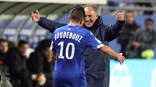 Ghislain Printant se dispone a abrazar a Boudebouz en su etapa en el Bastia (Foto: DZFoot).