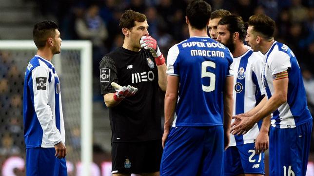 Iker Casillas habla con algunos compañeros durante el encuentro que enfrentó al Oporto con el Sporting (Foto: AFP)