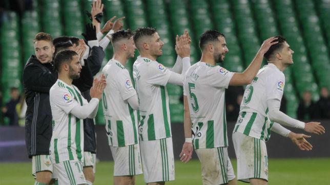 Los jugadores del Betis celebran el triunfo logrado ante el Espanyol (Foto: Raúl Doblado)