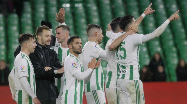 La mayoría de jugadores del Betis se acercó al Gol Sur para agradecer el apoyo durante el partido (Foto: Raúl Doblado/ABC)