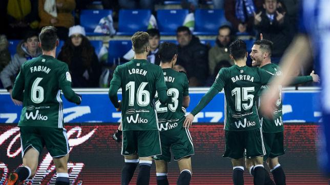 Fabián, Mandi, Loren y Bartra se acercan a Javi García para celebrar el segundo gol bético ante el Alavés (Foto: Juan Manuel Serrano Arce/ABC)