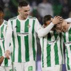 Los jugadores del Betis celebran a Francis tras el 3-0 ante el Espanyol
