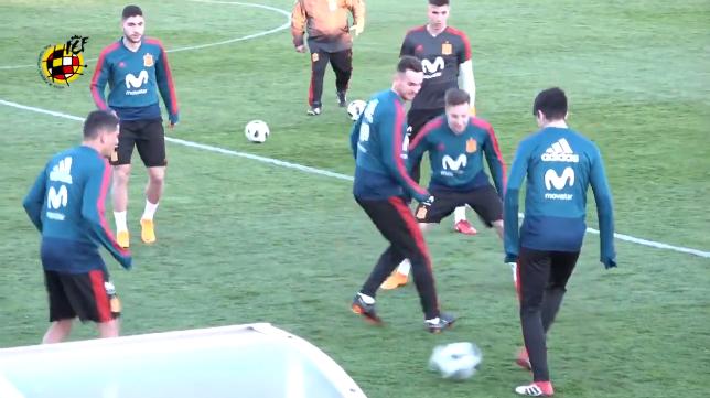 Francis y Fabian, en un rondo con la selección española sub 21