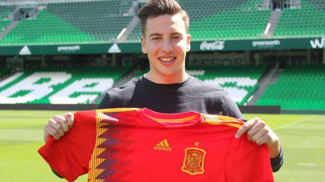 Francis posa con la camiseta de la selección española (Foto: RBB)