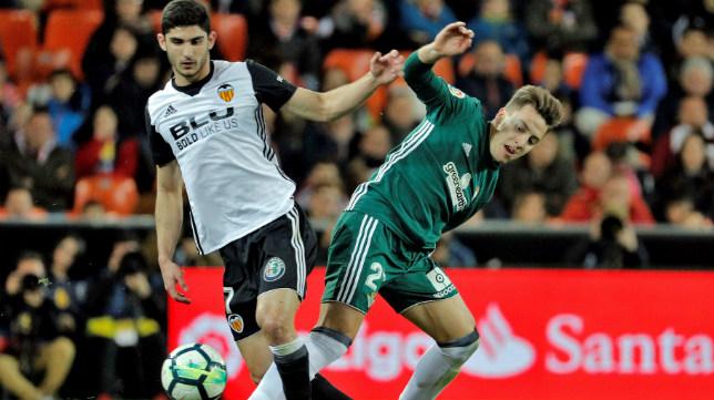 Francis pugna con Guedes durante el Valencia-Betis