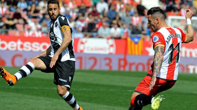 El jugador del Levante Pedro López trata de cortar el centro del futbolista del Girona Aday (Foto: EFE)