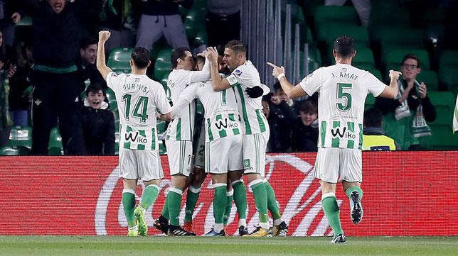 Los jugadores del Betis celebran un gol (Foto: EFE).