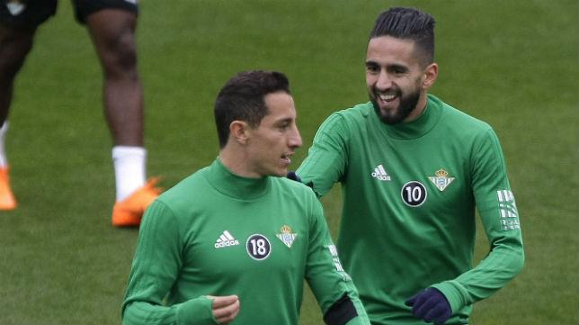 Guardado y Boudebouz dialogan en el entrenamiento del Betis del miércoles 7 de marzo (Foto: J. J. Úbeda/ABC)