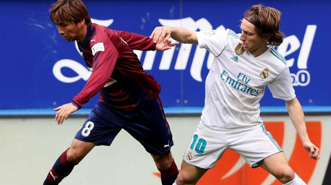 Inui disputa un balón con el madridista Modric (Foto: EFE)
