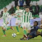 Javi García salva la entrada de Carlos 'la Roca' Sánchez durante el Betis-Espanyol (Foto: Raúl Doblado/ABC)