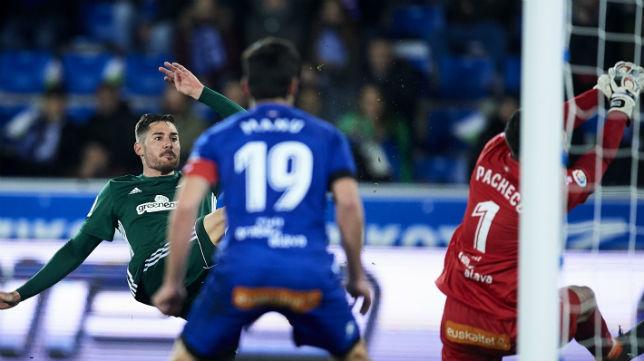 Javi García, en el momento de disparar para marcar el segundo gol del Betis en Vitoria (Foto: Juan Manuel Serrano Arce/ABC)