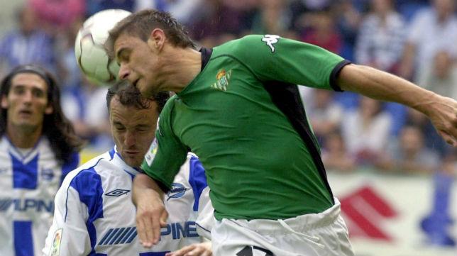 Joaquín salta con Luis Helguera en el Alavés-Betis de la temporada 2002-03 (Foto: EFE)