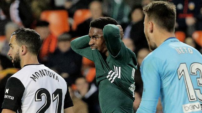 Junior se lamenta en una acción del Valencia-Betis