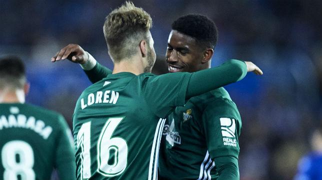 Loren se abraza a Junior para celebrar uno de los goles del Betis ante el Alavés (Foto: Juan Manuel Serrano Arce/ABC)