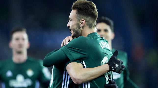 Loren es felicitado tras marcar el primer gol ante el Alavés (Foto: J. M. Serrano)