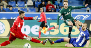 Loren, en el momento de disparar para marcar el tercer gol frente al Alavés (Foto: EFE)