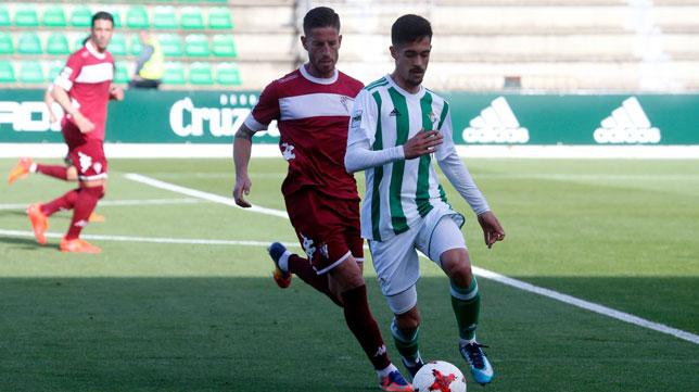 Iván Navarro controla durante el partido ante el San Fernando (Foto: RBB).