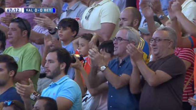 Mestalla, en pie, ovacionando a Joaquín