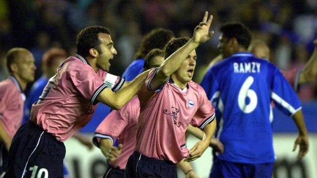 Pablo Gómez felicita a su compañero Cosmin Contra en un partido de la Copa de la UEFA 01-02 (Foto: EPA)