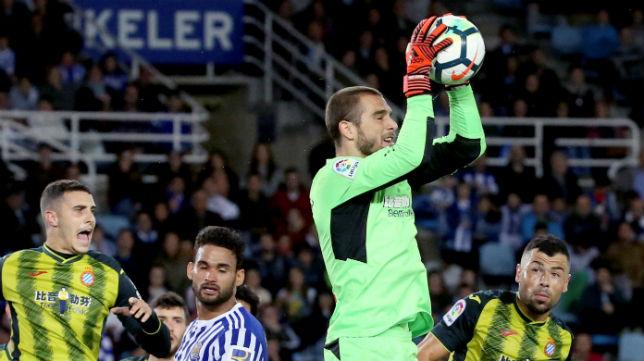 Pau López atrapa un balón aéreo durante el Real Sociedad-Espanyol de estas temporada (Foto: EFE)