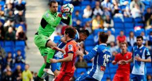 Pau López salta a detener un balón durante el Espanyol-Real Sociedad (Foto: EFE)